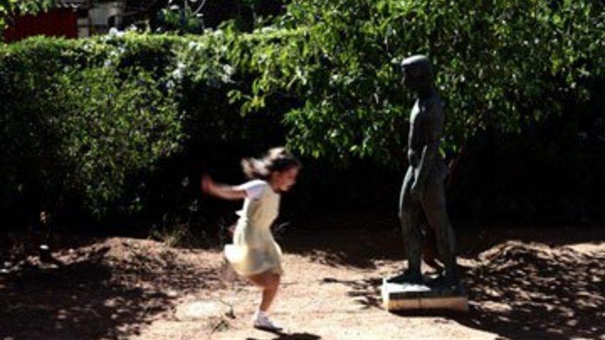 Παίζοντας με τα αγάλματα