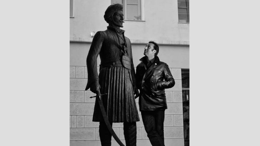 25η Μαρτίου, ο Ρένος Χαραλαμπίδης συναντά τον Μακρυγιάννη