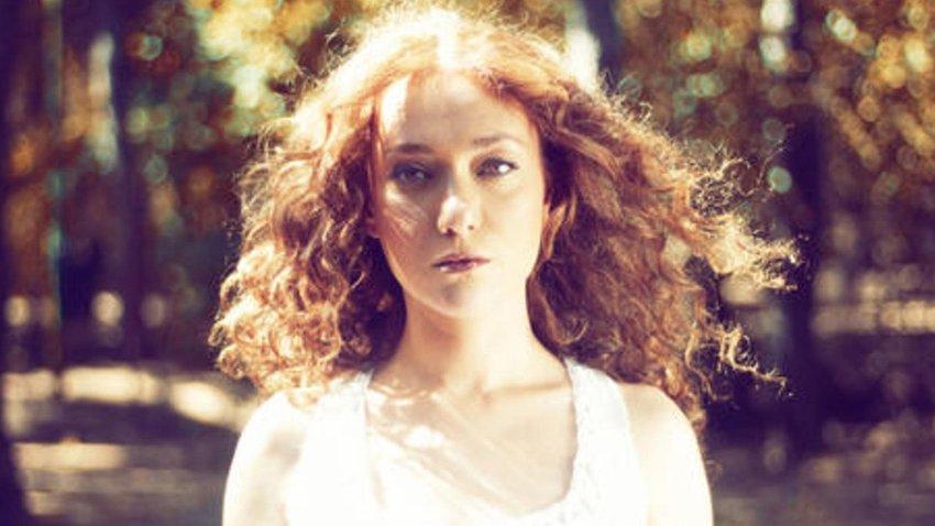 Η Κατερίνα Μακαβού σε ακουστικά covers στο Θέσις 7