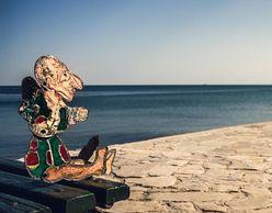 Ο Τάσος Κώνστας μας καλεί στο «εξοχικό» του Καραγκιόζη στο Φλοίσβο!