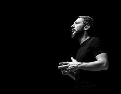 Ο Αλκίνοος Ιωαννίδης σε ένα live streaming ηλεκτρικό solo