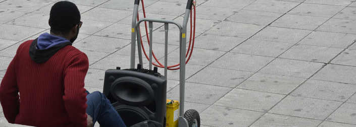 Τι συμβαίνει όταν ένα συγκρότημα πειραματίζεται με έναν μουσικό του δρόμου;