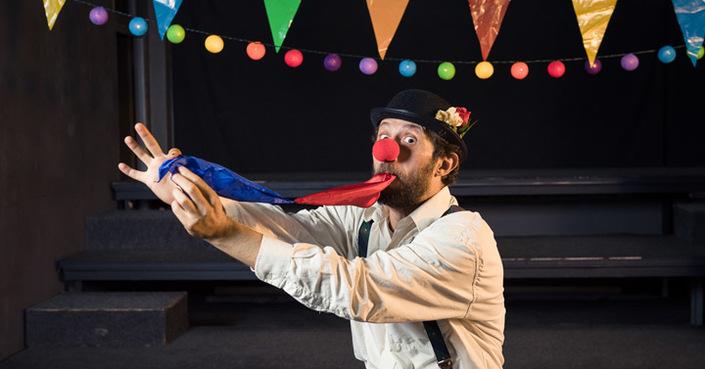 Πρέπει και εσύ να δεις την παράσταση «Ο Τρομερός Εχθρός» στο Studio Μαυρομιχάλη!