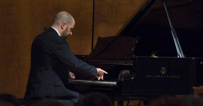 «Το πιάνο στα Φόρτε του» Ρεσιτάλ Κάρολου Ζουγανέλη στο Ωδείο Αθηνών: ερμηνευτική θέρμη για μια κρύα ημέρα.