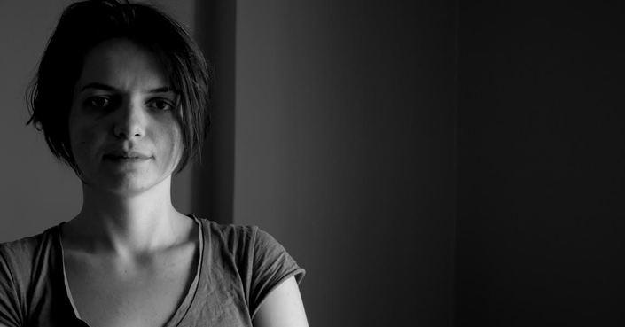 Η Αμαλία Βλάχου μας μιλάει για την παράσταση «Μήνις, η επανάσταση του καναπέ»