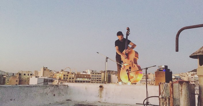 O Πέτρος Κλαμπάνης στις ταράτσες της Αθήνας και του Λονδίνου | Rooftop Stories