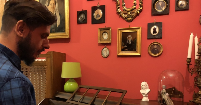 Ο Αλέξανδρος Κεφαλάς μας ξεναγεί στο σπίτι του και στο «Άλλο Ρούχο του Φόβου»