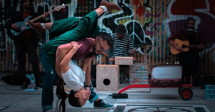 Ο Remi & the road δημιούργησε μια εκπομπή που βοηθάει τις μπάντες να ζουν από τη μουσική τους.