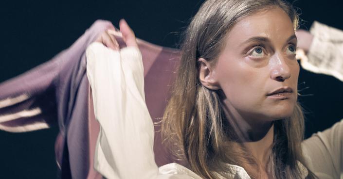 Η Λένα Δροσάκη στο debόp για την παράσταση «Με το ένα χέρι κρατούσε τον Καραγάτση και με το άλλο το τσιγάρο»