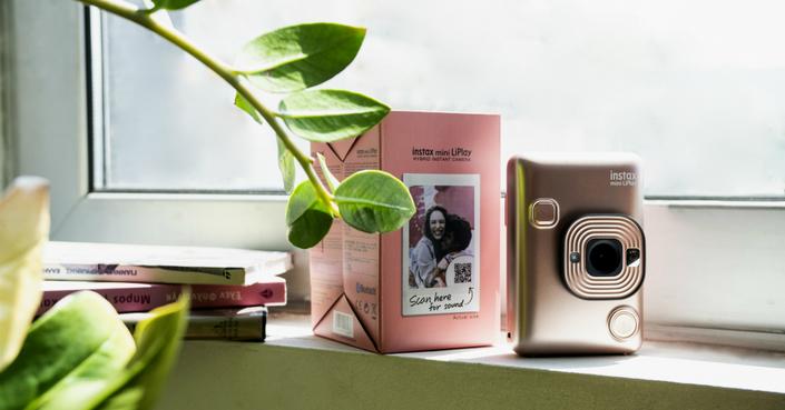 To deBόp σας κάνει δώρο την Fujifilm Instax LiPlay!