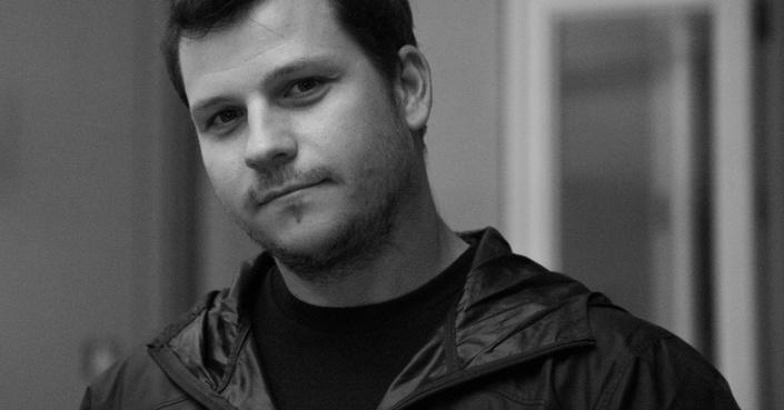 O Γιάννης Αγγελάκης μας συστήνει το σκηνικό παραμύθι του «Μέχρι να μας ενώσει ο θάνατος»