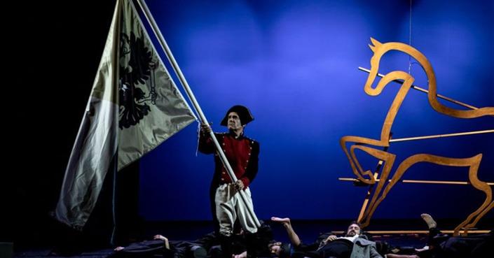 Είδαμε: Πόλεμος & Ειρήνη σε σκηνοθεσία Ιόλης Ανδρεάδη | Μια σημαντική θεατρική στιγμή στο Δημοτικό Θέατρο Πειραιά