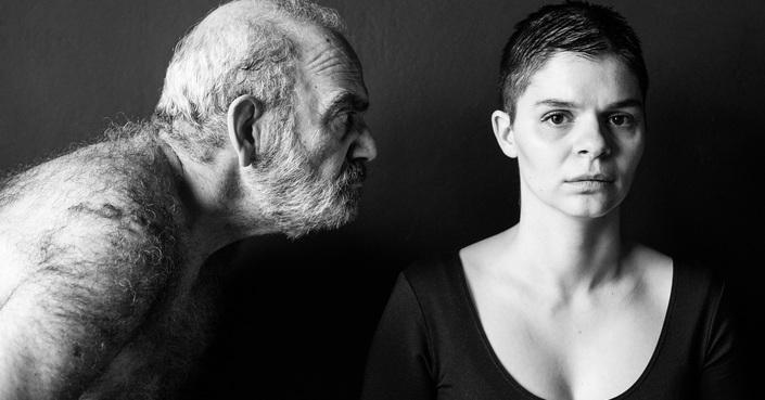 Ο Ερρίκος Λίτσης μιλάει στο deBόp για την «Ηλέκτρα: Μια σύγχρονη τραγωδία» | Θέατρο ΣΤΑΘΜΟΣ
