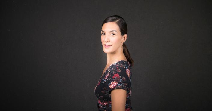 Η Ελεάνα Γεωργούλη μας μιλάει για «Τα Κόκκινα Τετράδια» | Θέατρο του Νέου Κόσμου
