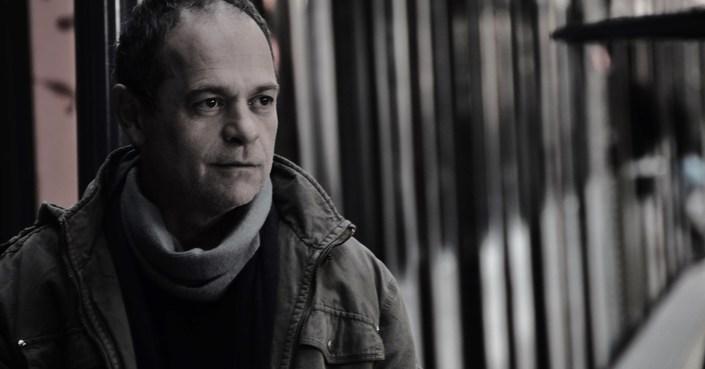 «Η νέα γενιά είναι αθώα». Μια συζήτηση με τον σκηνοθέτη της παράστασης «ο Επιθεωρητής» Κώστα Φιλίππογλου