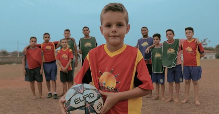 Αστέρας του Ποδοσφαίρου Προσφέρει σε Παιδιά στη Βραζιλία έναν Ιδανικό Χώρο για να Παίζουν Μπάλα
