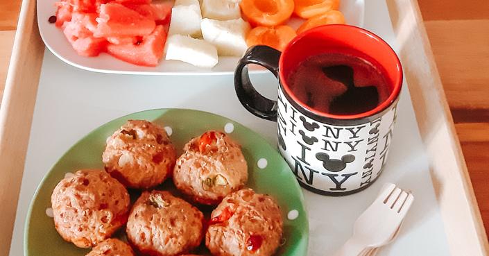 #MomAndTheCity Επιχείρηση Υγιεινό σνακ // Αλμυρά μαφινς με κολοκυθάκια, φέτα και τοματίνια