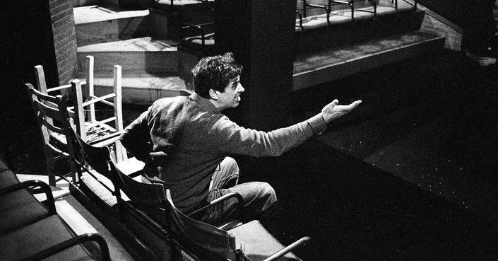 Με «Συμφορά από το πολύ μυαλό» και «Τέφρα και σκιά» μπαίνει στη νέα του εποχή το Θέατρο της Οδού Κυκλάδων - Λευτέρης Βογιατζής.