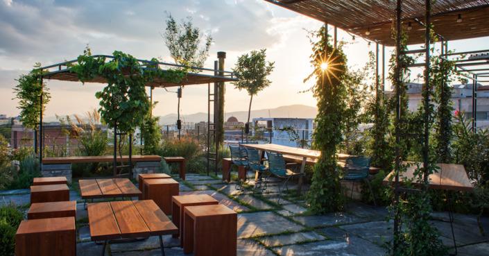 The Foundry Suites | Η πιο ανθισμένη ταράτσα της Αθήνας μετατρέπεται στο ομορφότερο cocktail bar!