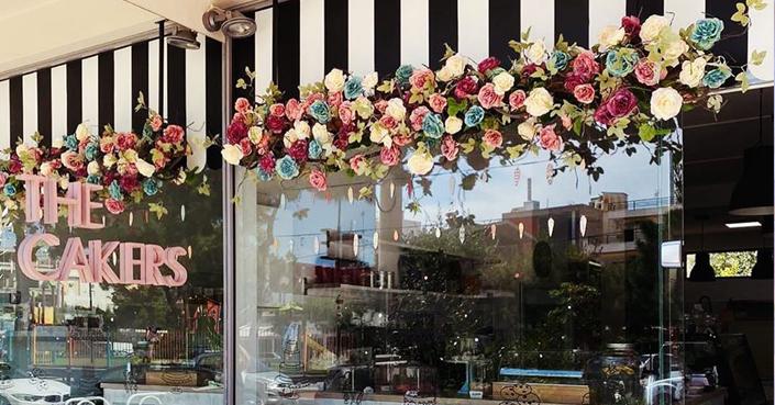 "#MomAndTheCity Επιχείρηση Έξοδος // Το νέο ""σπίτι"" των The Cakers στη Γλυφάδα είναι το πιο ανθισμένο, feel good εργαστήριο-καφέ που έχουμε ποτέ επισκεφτεί"