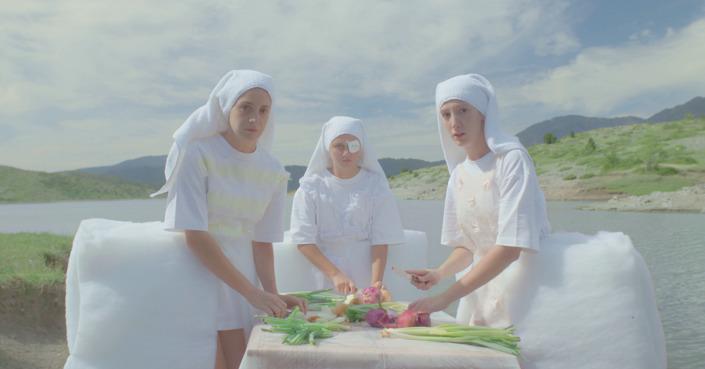 Η Σίλια Κατραλή μας ξανασυστήνει το «Χαμογέλα» του Φάμελλου σε ένα video clip - πίνακα ζωγραφικής