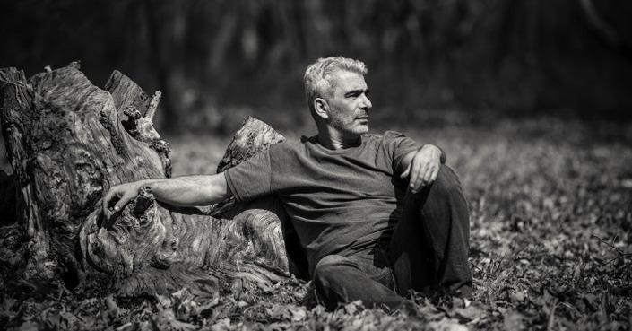 O Δημήτρης Μυστακίδης επανακυκλοφορεί το άλμπουμ «16 Ρεμπέτικα τραγούδια με κιθάρα»