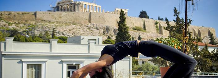Yoga κάτω από τον βράχο της Ακρόπολης